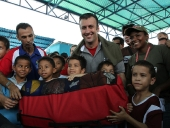 Entrega de material deportivo a la comunidad de Caña de Azúcar para sus niños y niñas. 2 de noviembre de 2012.
