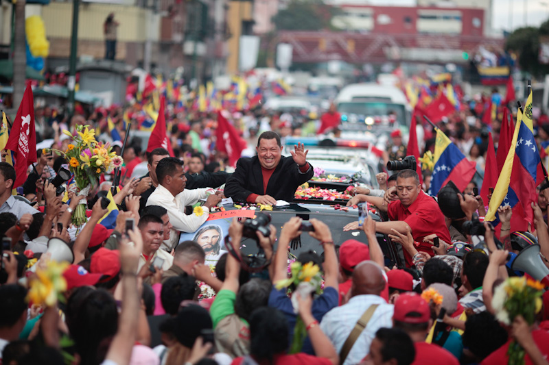 Caravana en las calles de Caracas para desear salud a Chávez