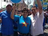 El alcalde Pedro Bastidas junto al pueblo de Aragua festeja el regreso de Chávez a Venezuela. 18 de febrero de 2013