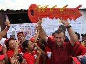 Tareck El Aissami caminó el sector Fondo Coropo en la parroquia Santa Rita, municipio Linares Alcántara. El aspirante a la gobernación aragüeña palmó la realidad de la humilde zona de la entidad. 7 de noviembre de 2012