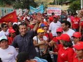 Tareck El Aissami realizó una caminata por el sector La Candelaria, municipio Mario Briceño Iragorry. Recorrió desde la calle Independencia hasta la calle Bolívar y aseguró que durante su gobierno cambiará los techos de asbesto de las viviendas más humildes. 22 de noviembre de 2012.
