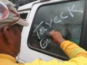 Tareck El Aissami recorrió las calles del sector La Coromoto para compartir con su gente. Visitó algunas de las casas de los habitantes de la zona y se comprometió a resolver los problemas relacionados con el drenaje de aguas blancas y negras de la zona. 17 de noviembre de 2012.