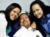 Presidente Chávez sonríe con sus hijas en La Habana. 14 de febrero de 2013.