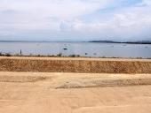 Tareck inspecciona el muro de contención que bordea el Lago Los Tacarigua. 28 de abril de 2013.