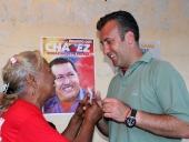 Tareck El Aissami dio un recorrido casa por casa en el sector Mata de Café, municipio Zamora, donde anunció la creación del Consejo de Campesinos y Pequeños Productores en el Sur de Aragua. 24 de noviembre de 2012.