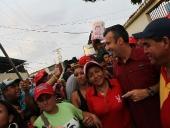 El Aissami recorrió calles de Río Blanco 1 en el municipio Girardot. Caminó hasta la cancha de la zona e ingresó a varias viviendas. Tocó charrasca y escuchó el canto de aguinaldo  interpretado por las niñas y niños del lugar. 30 de noviembre de 2012.