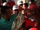 Tareck El Aissami visitó el barrio El Carmen ubicado en el municipio Girardot. Ingresó a la iglesia de la barriada y recibió una imagen de la virgen de El Carmen; manifestó su alegría de poder estar en el lugar y rememorar el barrio en el que nació. 7 de diciembre de 2012.
