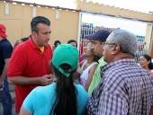 Tareck El Aissami visitó el sector Brisas del Lago en el municipio Girardot, como parte de la ofensiva de calle que desarrolla en su campaña electoral. Prestó atención a varios casos de salud que le presentaron en la zona y se comprometió a darles solución. 10 de diciembre de 2012.